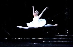 la bailarina tamara rojo en el lago de los cisnes